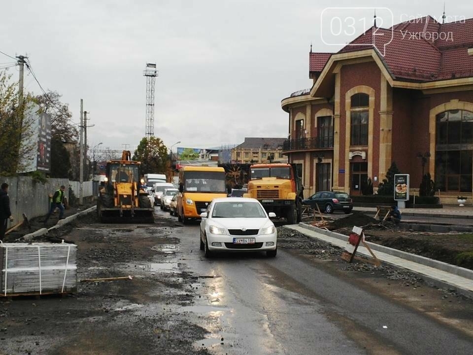 Підрядник любить поспати: роботи на площі Кірпи у час пік паралізували кілька вулиць Ужгорода (ФОТО, ВІДЕО), фото-6
