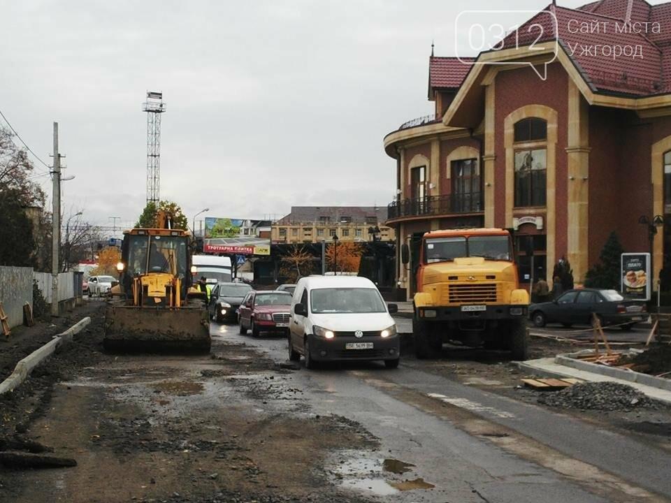 Підрядник любить поспати: роботи на площі Кірпи у час пік паралізували кілька вулиць Ужгорода (ФОТО, ВІДЕО), фото-2