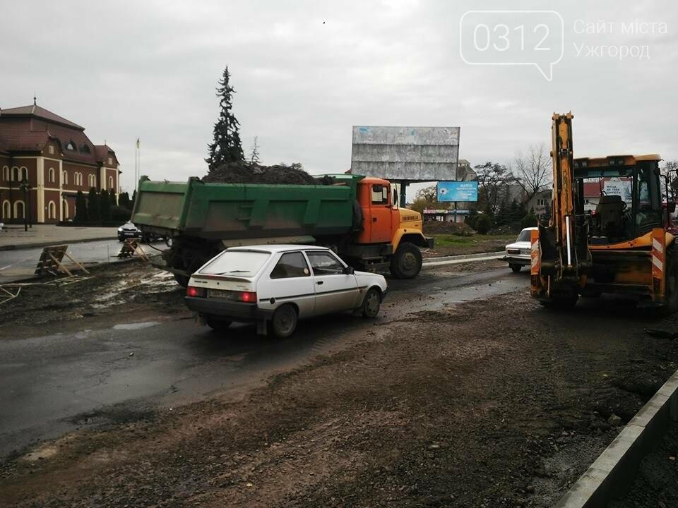 Підрядник любить поспати: роботи на площі Кірпи у час пік паралізували кілька вулиць Ужгорода (ФОТО, ВІДЕО), фото-11