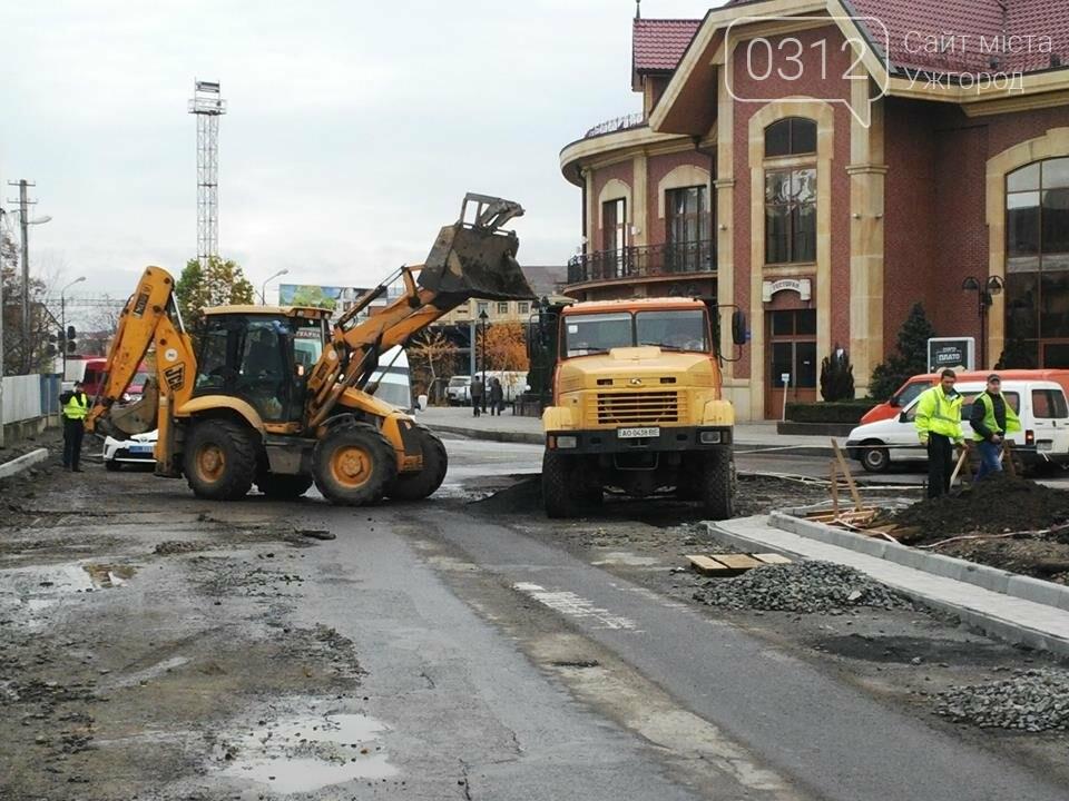 Підрядник любить поспати: роботи на площі Кірпи у час пік паралізували кілька вулиць Ужгорода (ФОТО, ВІДЕО), фото-7