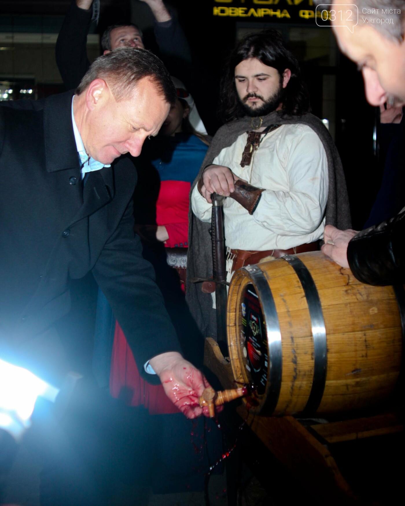 """""""Закарпатське божоле"""": як на Корзо мер відкривав першу бочку молодого вина (ФОТОРЕПОРТАЖ), фото-16"""