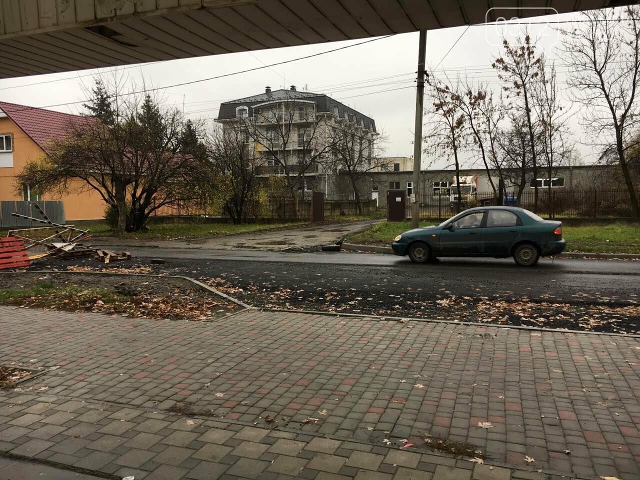 """Набридло: ужгородські водії зняли обмежувачі руху біля """"Велмарту"""" на недоремонтованій Капушанській (ФОТО, ВІДЕО) , фото-2"""