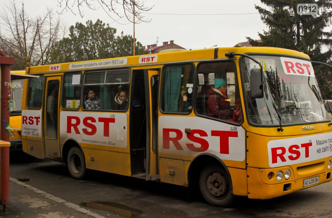 Водії ужгородських «маршруток» розповіли, чому не впускають школярів без учнівського квитка: фоторепортаж , фото-6