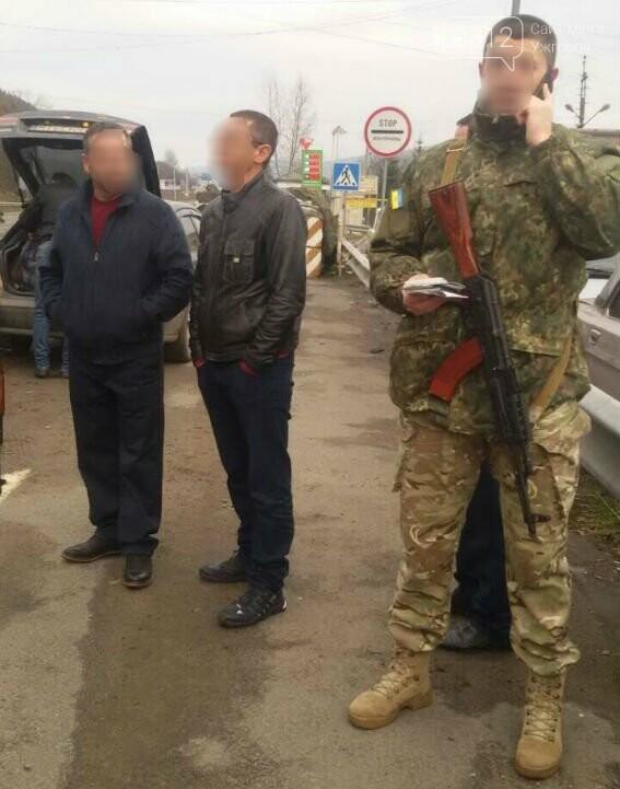 """Поліція Закарпаття затримала """"Мазду"""" з чотирма нелегалами: фото, фото-1"""