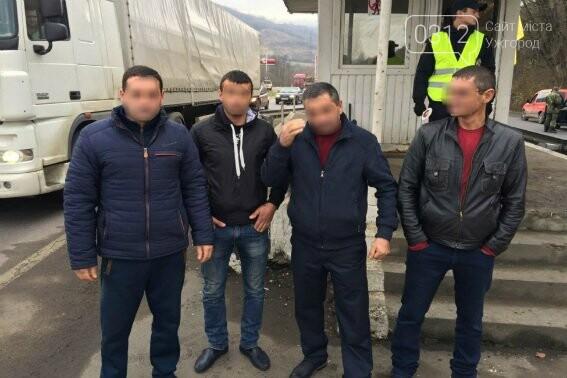 """Поліція Закарпаття затримала """"Мазду"""" з чотирма нелегалами: фото, фото-3"""