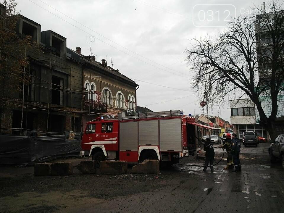 В Ужгороді на Петефі - пожежа: чоловік розпалив багаття посеред будинку (ФОТО), фото-3