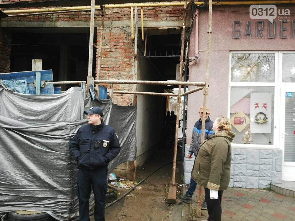 В Ужгороді на Петефі - пожежа: чоловік розпалив багаття посеред будинку (ФОТО), фото-2