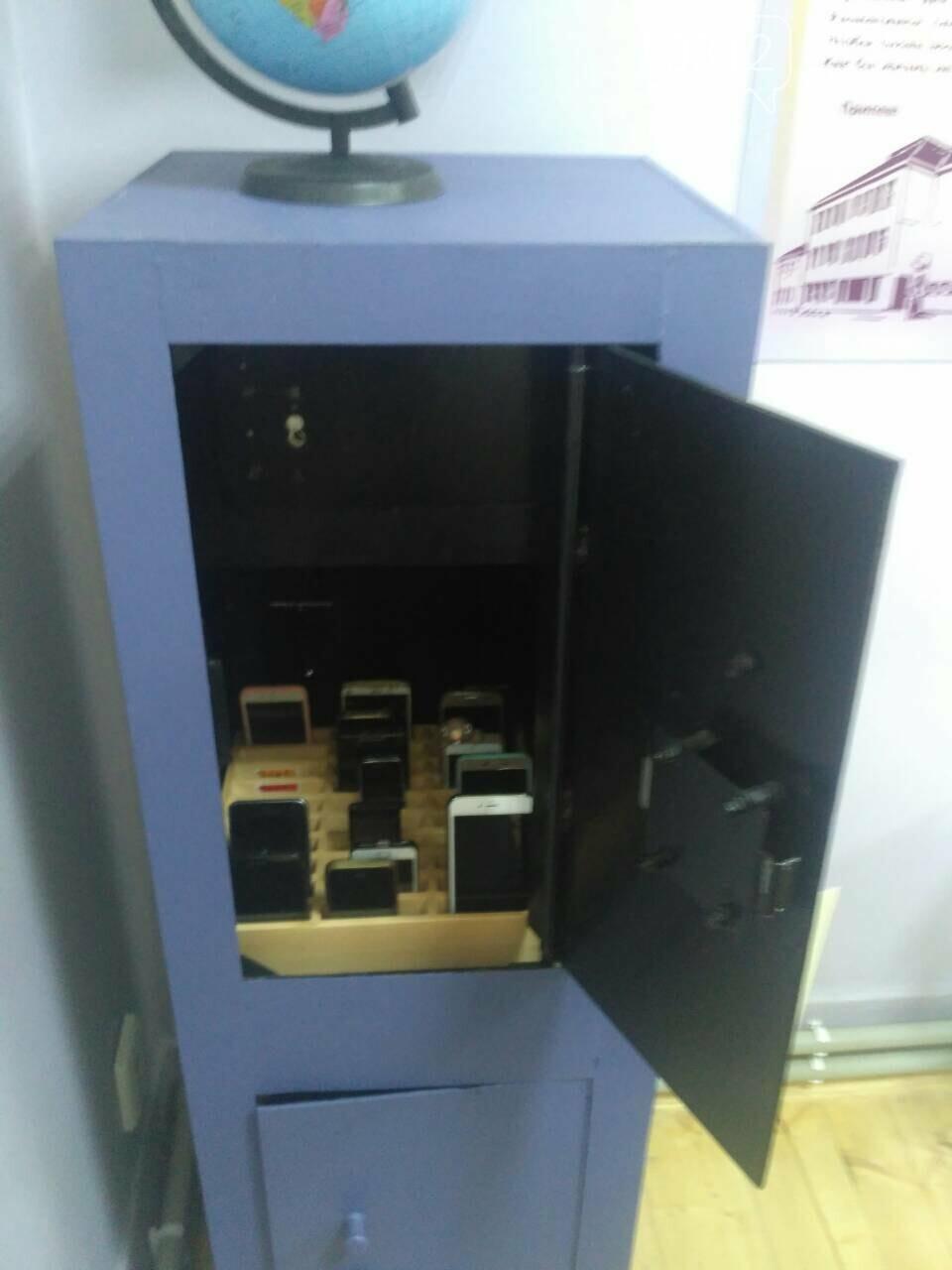 Експеримент триває: в ужгородській ЗОШ №3 телефони учнів ховають у сейф (ФОТО), фото-1