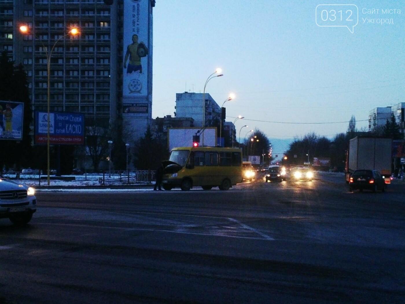 """В Ужгороді аварійна """"маршрутка"""" №12 """"заглохла"""" посеред дороги (ФОТО, ВІДЕО), фото-1"""