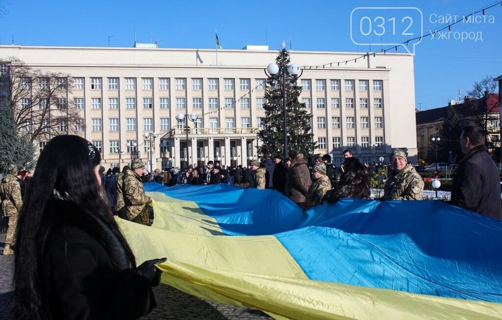 День Соборності в Ужгороді: 100-метровий прапор, урочиста музика та єднання на мості (ФОТОРЕПОРТАЖ, ВІДЕО), фото-1