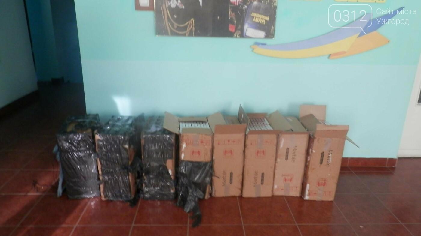 Контрабандисти залишили мукачівським прикордонникам крупну партію цигарок і втекли: фото, фото-2