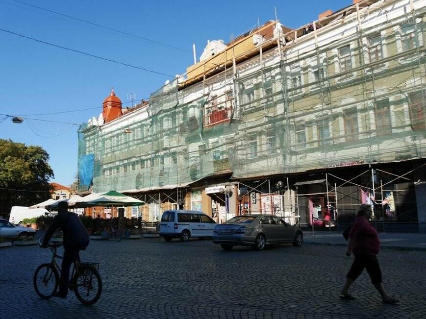 В Ужгороді відреставрований фасад будинку на Петефі не протримався і 1,5 роки: з нього посипалася штукатурка (ФОТО), фото-2