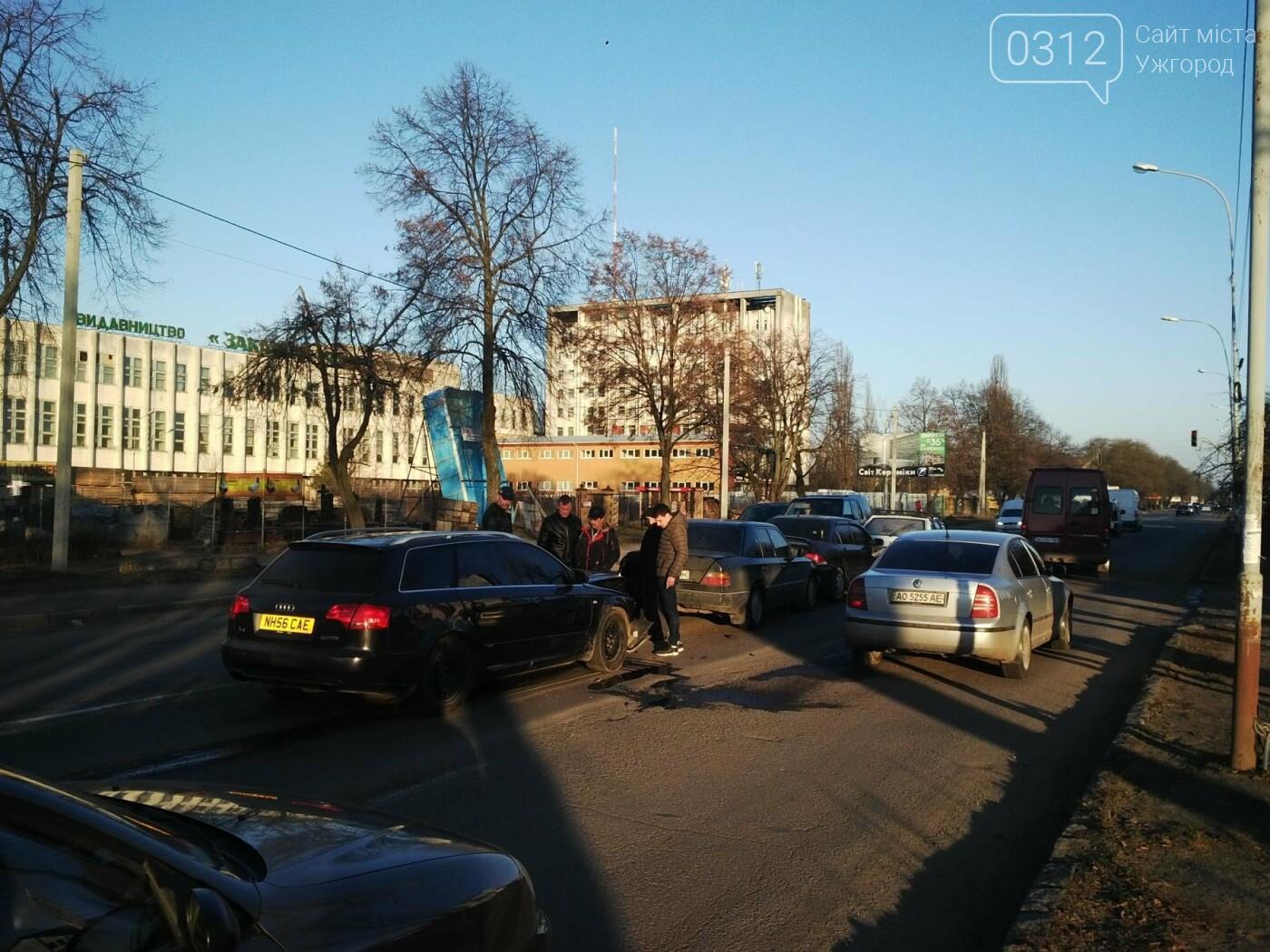 """В Ужгороді на Гагаріна аварія за участі 4-ох авто: зіткнулися """"Ауді"""", """"Мерседес"""", """"Мітсубісі"""" і """"ВАЗ"""" (ФОТО), фото-2"""