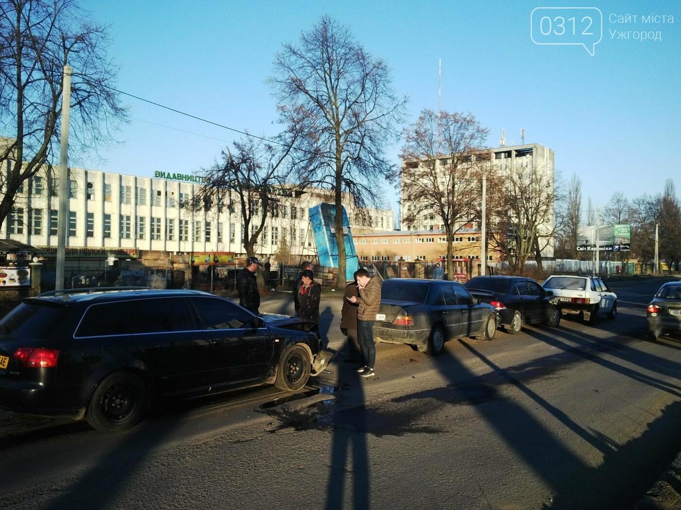 """В Ужгороді на Гагаріна аварія за участі 4-ох авто: зіткнулися """"Ауді"""", """"Мерседес"""", """"Мітсубісі"""" і """"ВАЗ"""" (ФОТО), фото-7"""