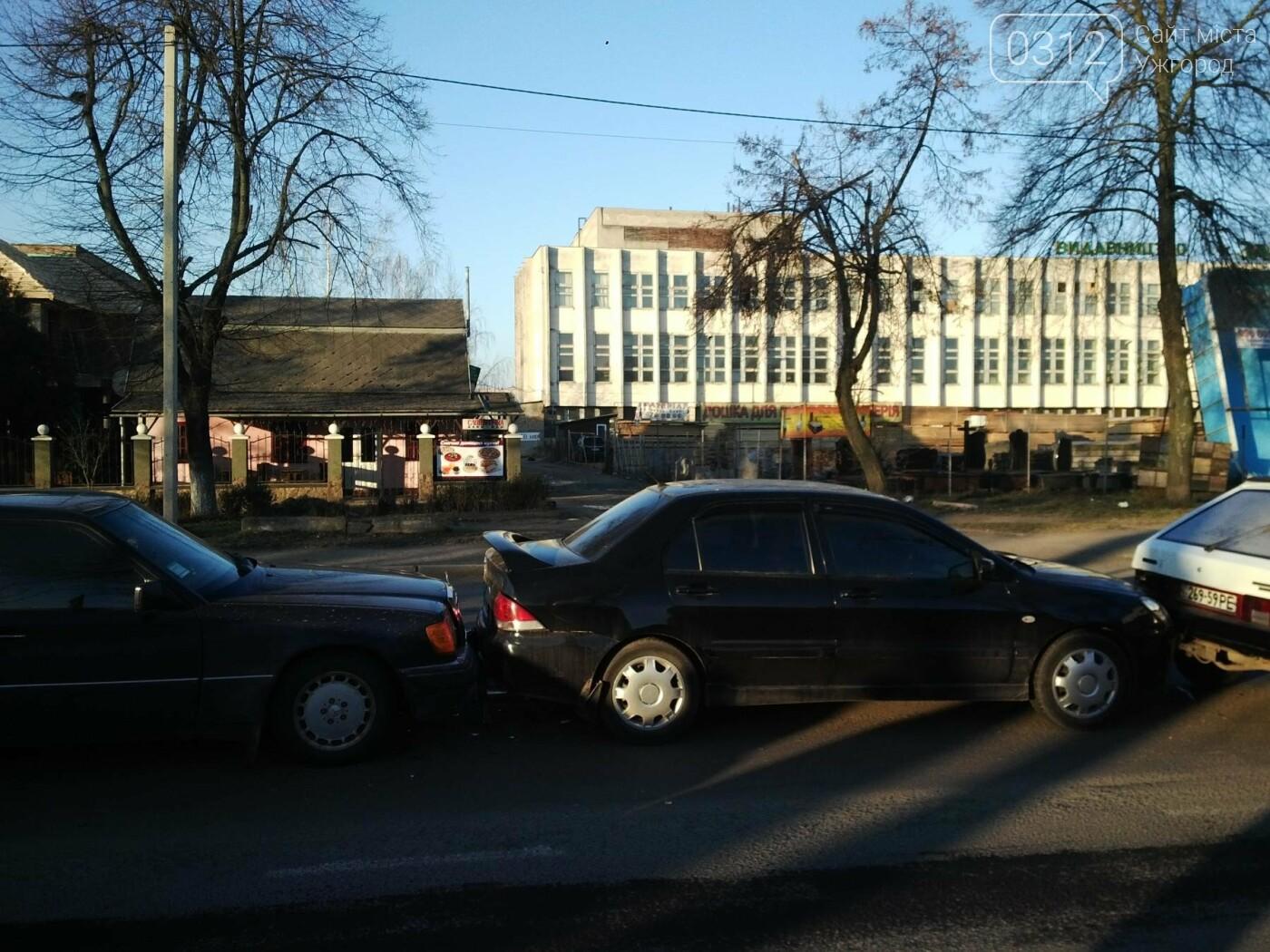"""В Ужгороді на Гагаріна аварія за участі 4-ох авто: зіткнулися """"Ауді"""", """"Мерседес"""", """"Мітсубісі"""" і """"ВАЗ"""" (ФОТО), фото-1"""