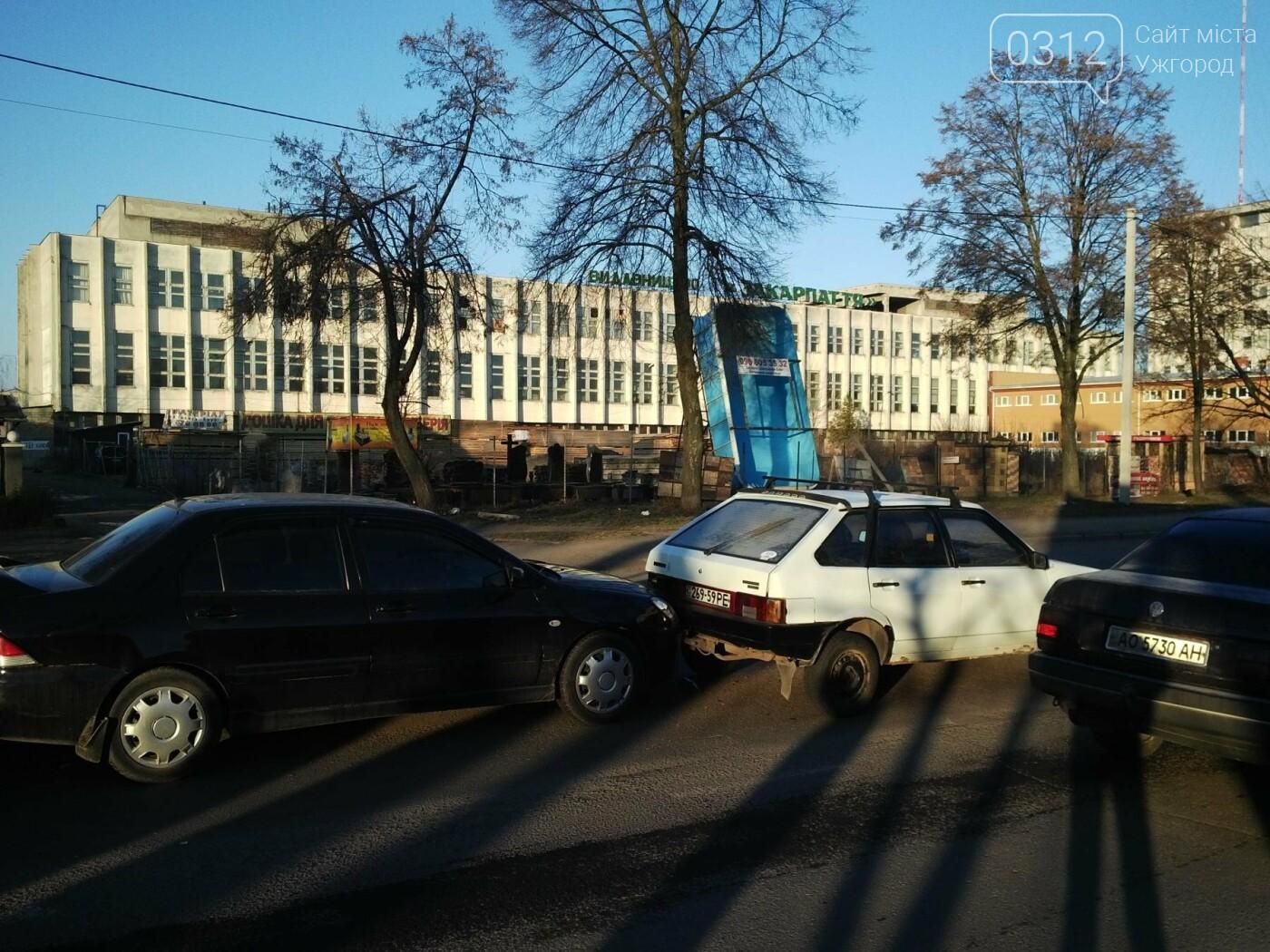 """В Ужгороді на Гагаріна аварія за участі 4-ох авто: зіткнулися """"Ауді"""", """"Мерседес"""", """"Мітсубісі"""" і """"ВАЗ"""" (ФОТО), фото-5"""