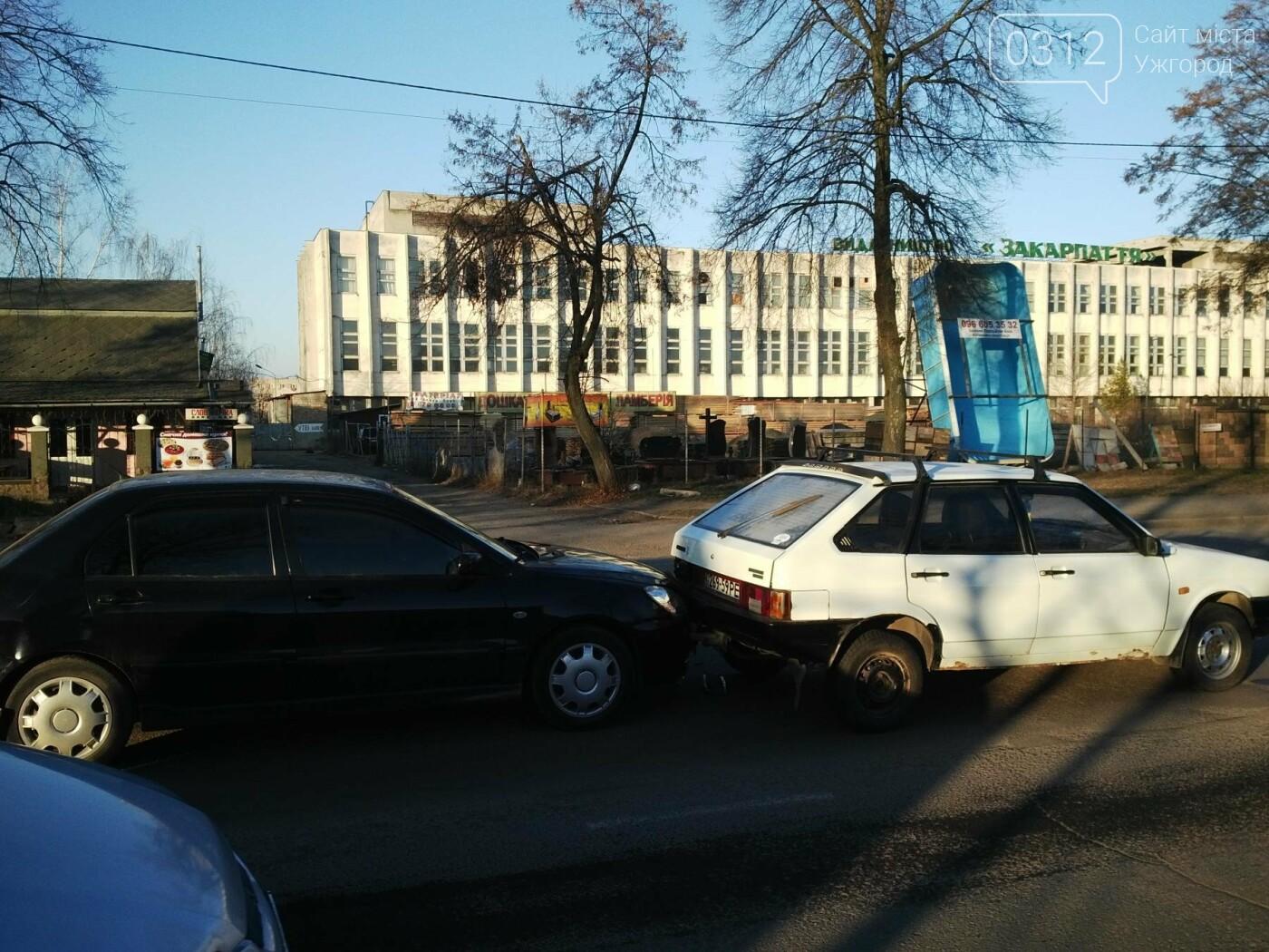 """В Ужгороді на Гагаріна аварія за участі 4-ох авто: зіткнулися """"Ауді"""", """"Мерседес"""", """"Мітсубісі"""" і """"ВАЗ"""" (ФОТО), фото-3"""