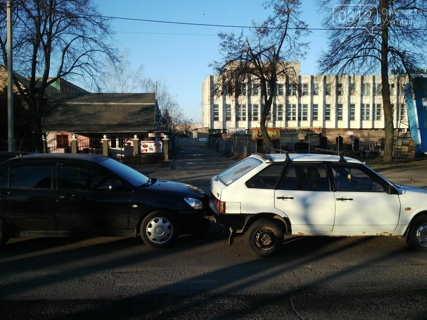 """В Ужгороді на Гагаріна аварія за участі 4-ох авто: зіткнулися """"Ауді"""", """"Мерседес"""", """"Мітсубісі"""" і """"ВАЗ"""" (ФОТО), фото-6"""