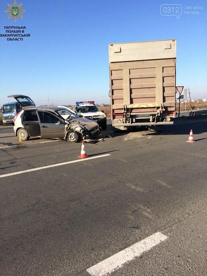 """У Барвінку """"ВАЗ"""" протаранив вантажівку: двох потерпілих забрала """"швидка"""" (ФОТО), фото-2"""