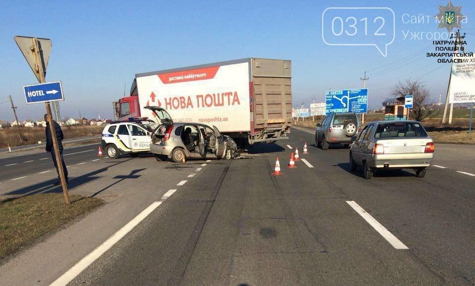 """У Барвінку """"ВАЗ"""" протаранив вантажівку: двох потерпілих забрала """"швидка"""" (ФОТО), фото-1"""