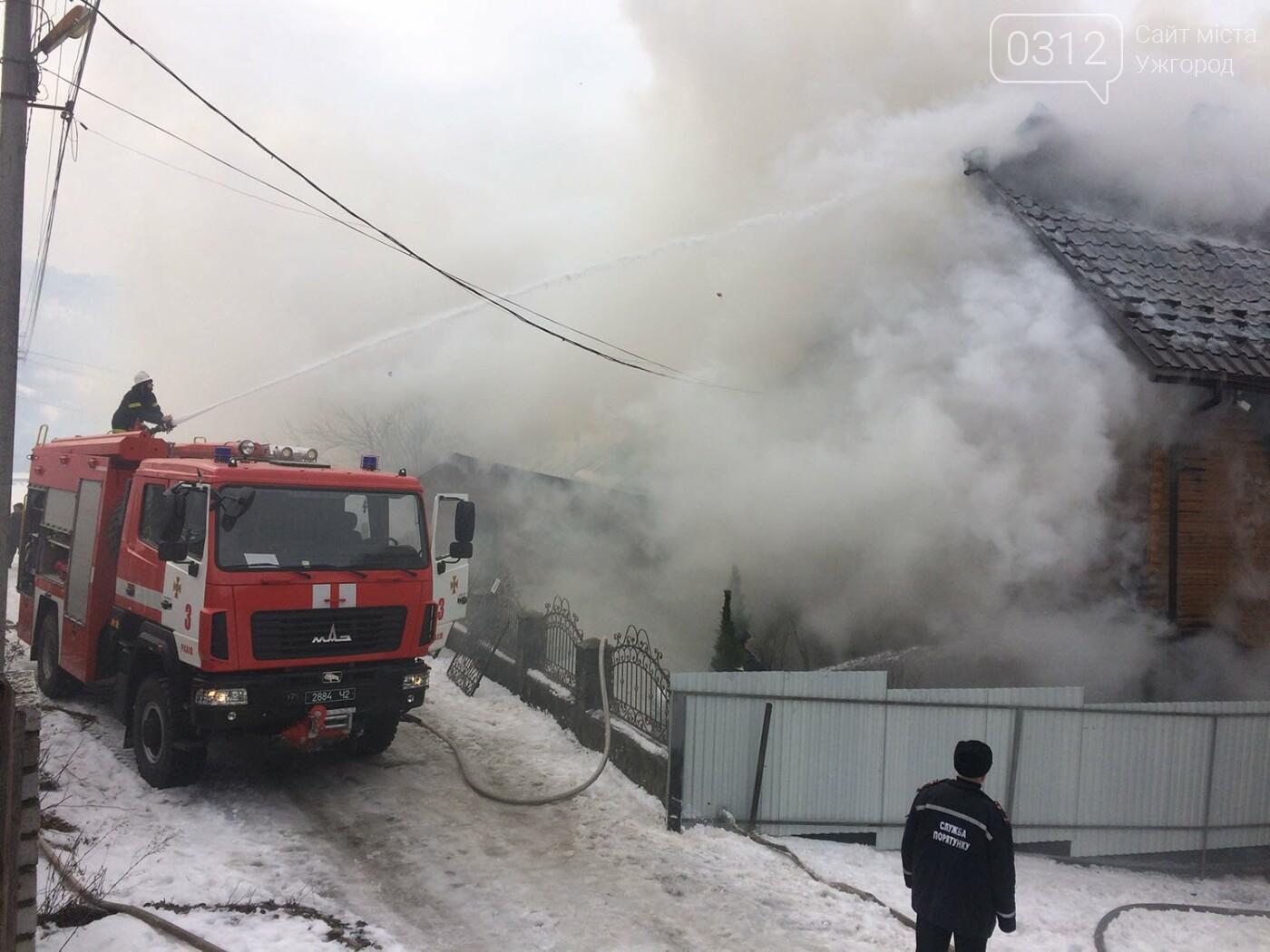 На Рахівщині палаючий будинок місцевого жителя гасили 12 рятувальників, вогонь знищив покрівлю і майно (ФОТО, ВІДЕО), фото-2