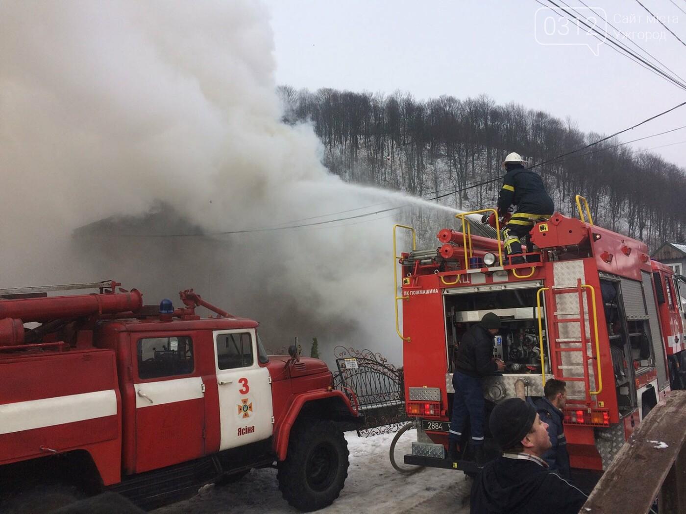 На Рахівщині палаючий будинок місцевого жителя гасили 12 рятувальників, вогонь знищив покрівлю і майно (ФОТО, ВІДЕО), фото-1