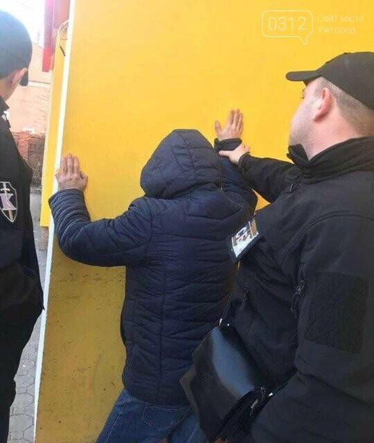 У Хусті на хабарі у 5 000 гривень затримали головного інспектора ДАБІ: хотів узаконити самовільно збудований магазин (ФОТО), фото-1