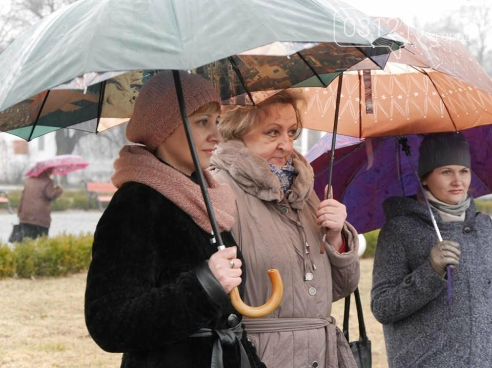 Погода не стала завадою: сьогодні ужгородці вшанували Тараса Шевченка (ФОТО), фото-9