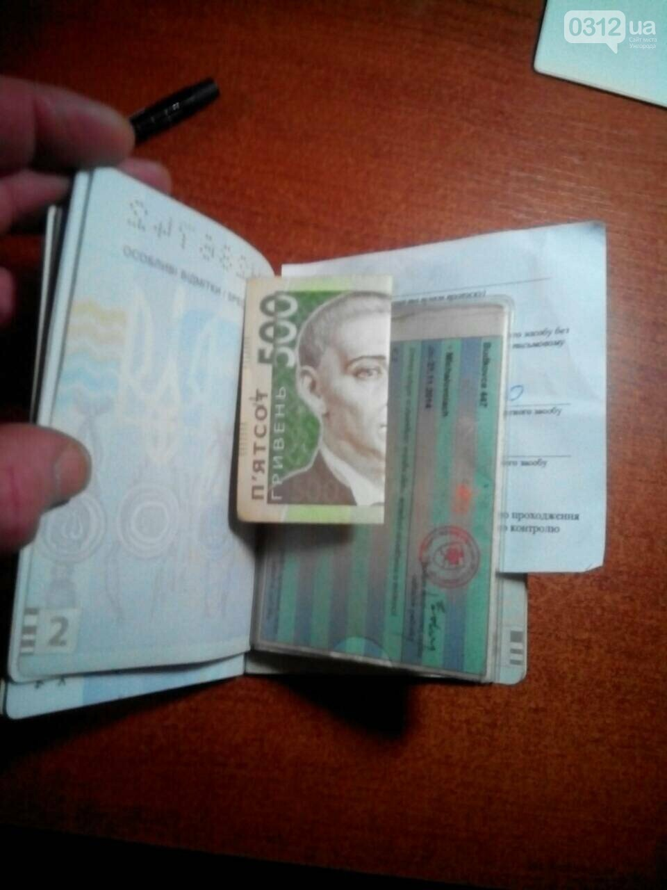 """На КПП """"Дякове"""" 19-річна дівчина запропонувала закарпатським прикордонникам 500 гривень, а ті відмовилися (ФОТО), фото-1"""