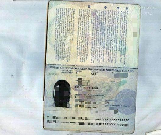 У Чопі затримали африканця, який хотів доїхати потягом в ЄС з чужим паспортом громадянина Великої Британії (ФОТО), фото-1