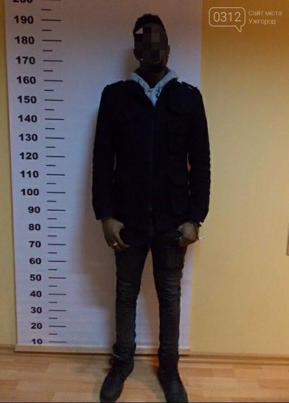 У Чопі затримали африканця, який хотів доїхати потягом в ЄС з чужим паспортом громадянина Великої Британії (ФОТО), фото-2