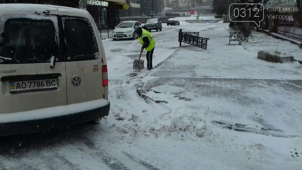 Ужгородські вулиці ще нерозчищені повністю, хоча спецтехніка активно працює (ФОТО), фото-1