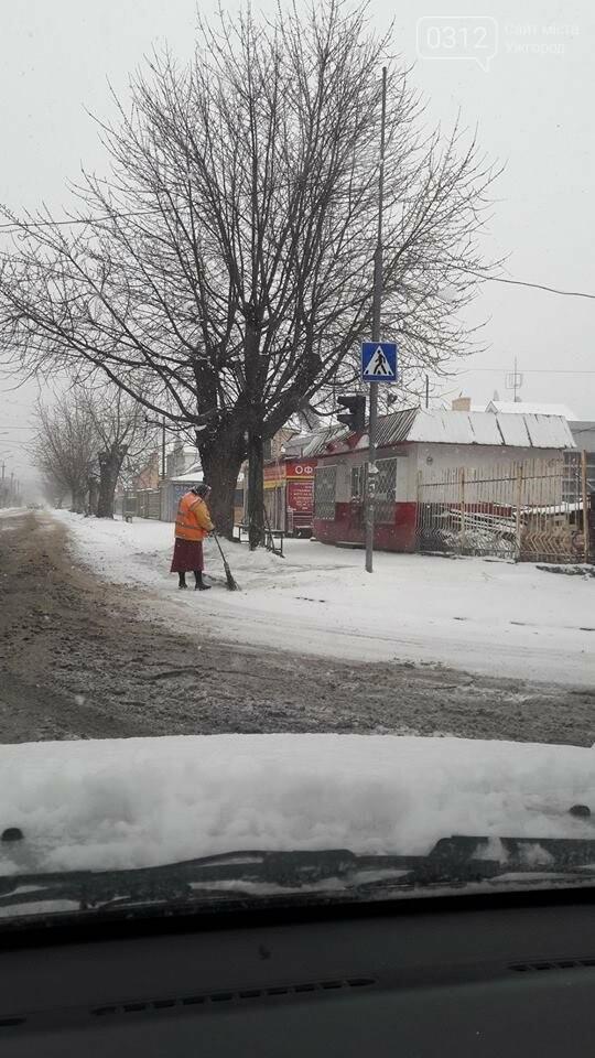 Ужгородські вулиці ще нерозчищені повністю, хоча спецтехніка активно працює (ФОТО), фото-4