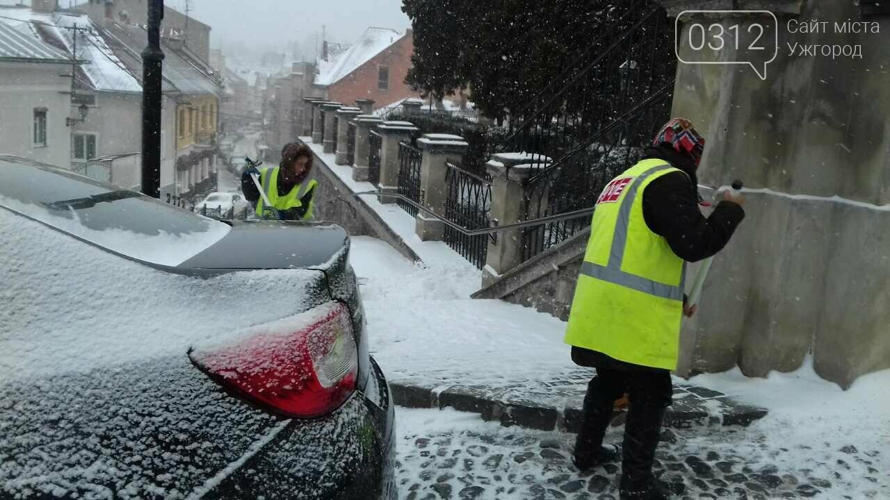Ужгородські вулиці ще нерозчищені повністю, хоча спецтехніка активно працює (ФОТО), фото-3
