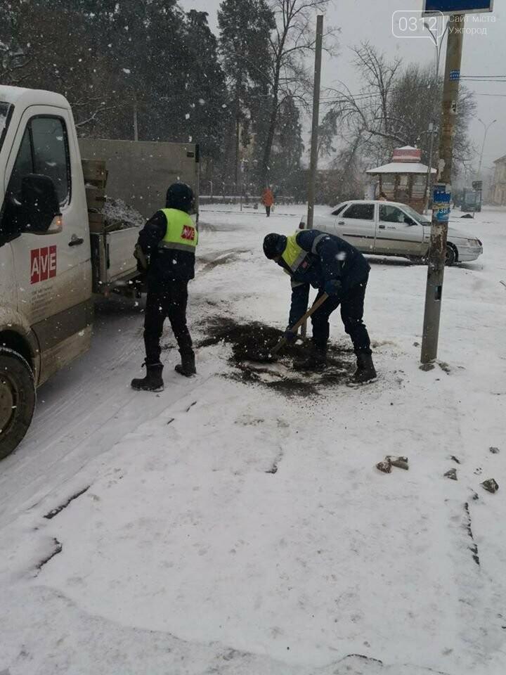 Ужгородські вулиці ще нерозчищені повністю, хоча спецтехніка активно працює (ФОТО), фото-5
