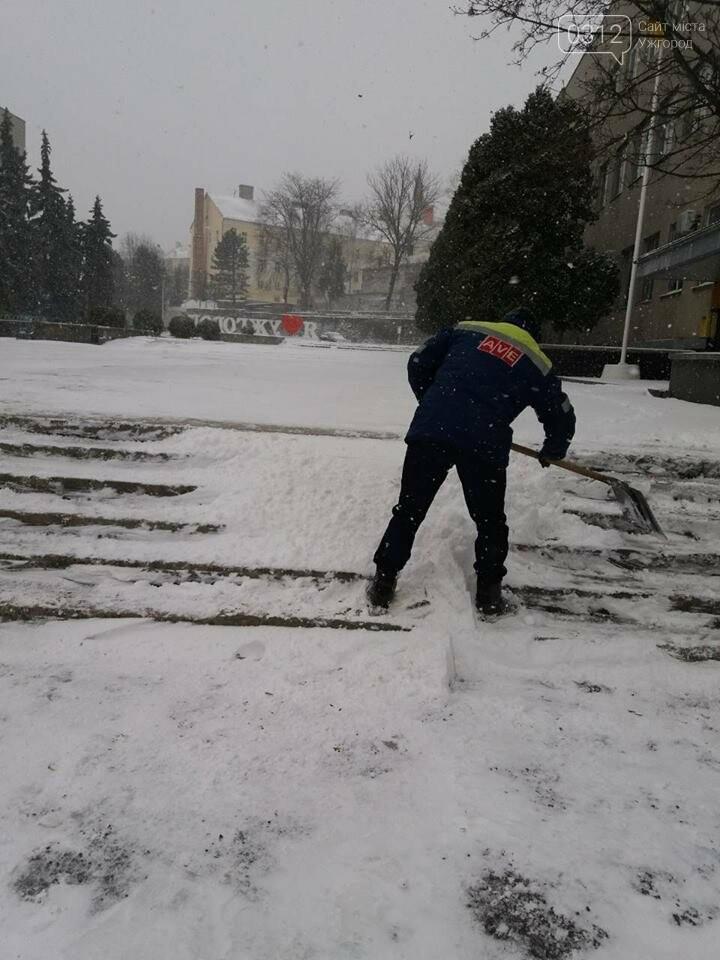 Ужгородські вулиці ще нерозчищені повністю, хоча спецтехніка активно працює (ФОТО), фото-2