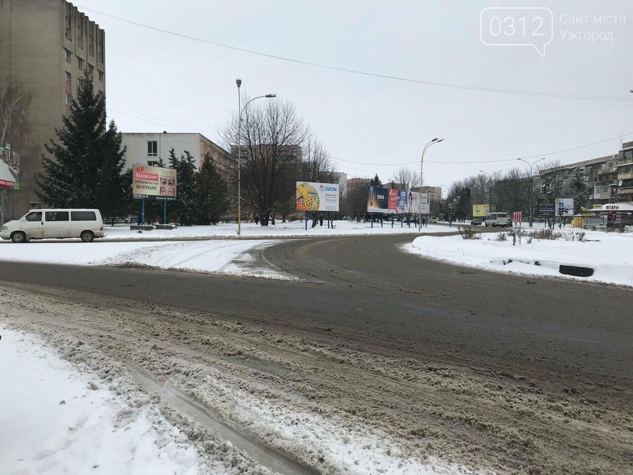 Ужгородські вулиці ще нерозчищені повністю, хоча спецтехніка активно працює (ФОТО), фото-9
