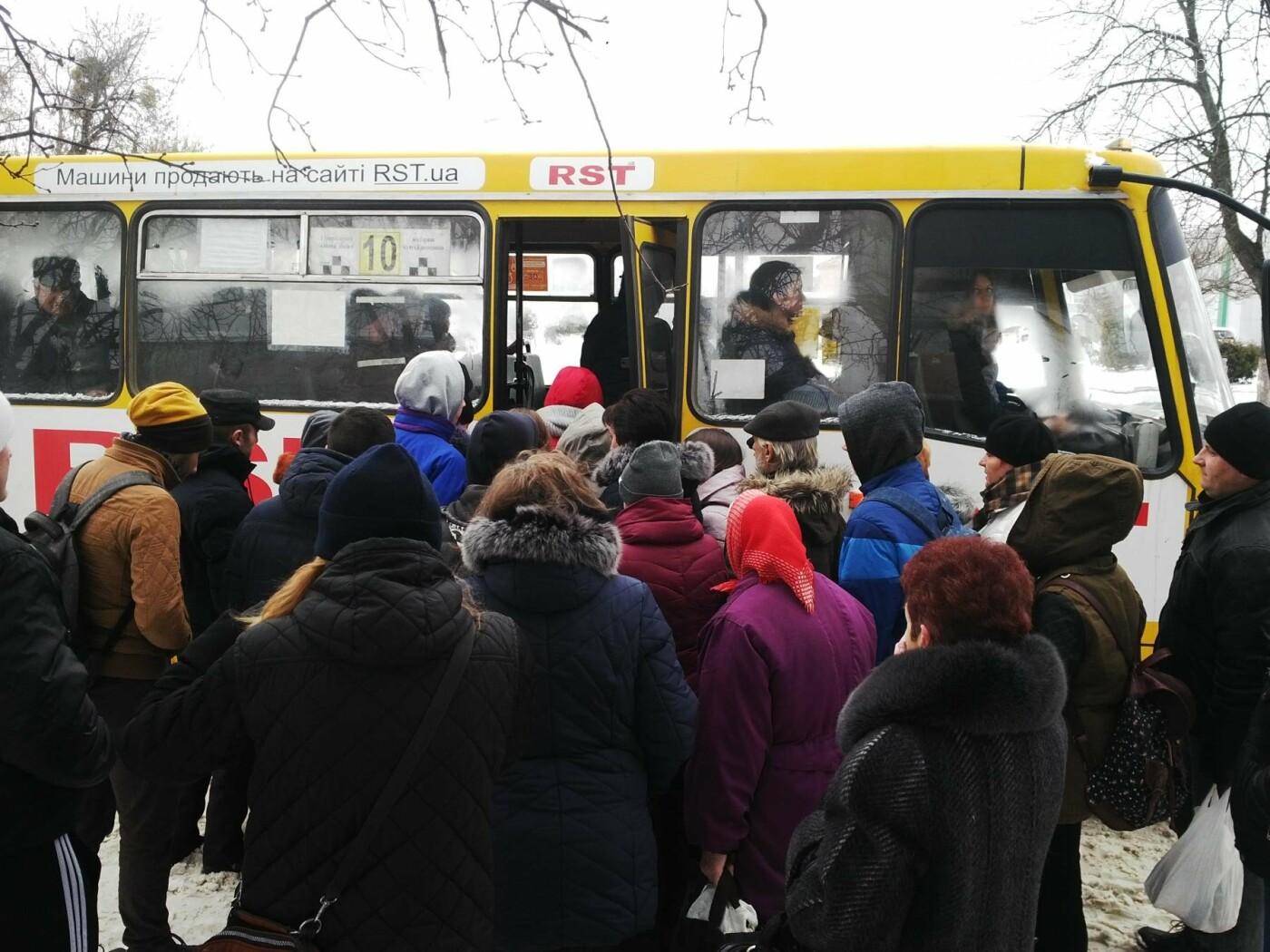 """В Ужгороді """"маршрутки"""" продовжують грубо порушувати графік руху, а водії - правила безпеки перевезення пасажирів (ФОТО, ВІДЕО), фото-1"""