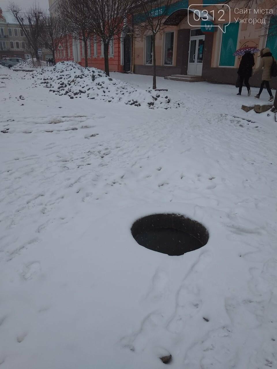 Обережно: в Ужгороді на площі Петефі біля ЗОШ №9 відкритий люк (ФОТО), фото-1