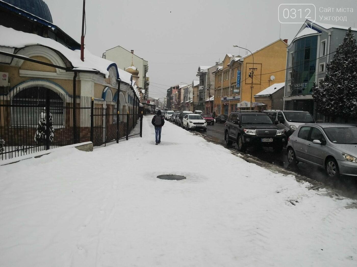 Ужгород - наодинці зі снігом: тротуари не розчищені та непідсипані, у двори не ступала нога комунальника (ФОТОРЕПОРТАЖ), фото-1