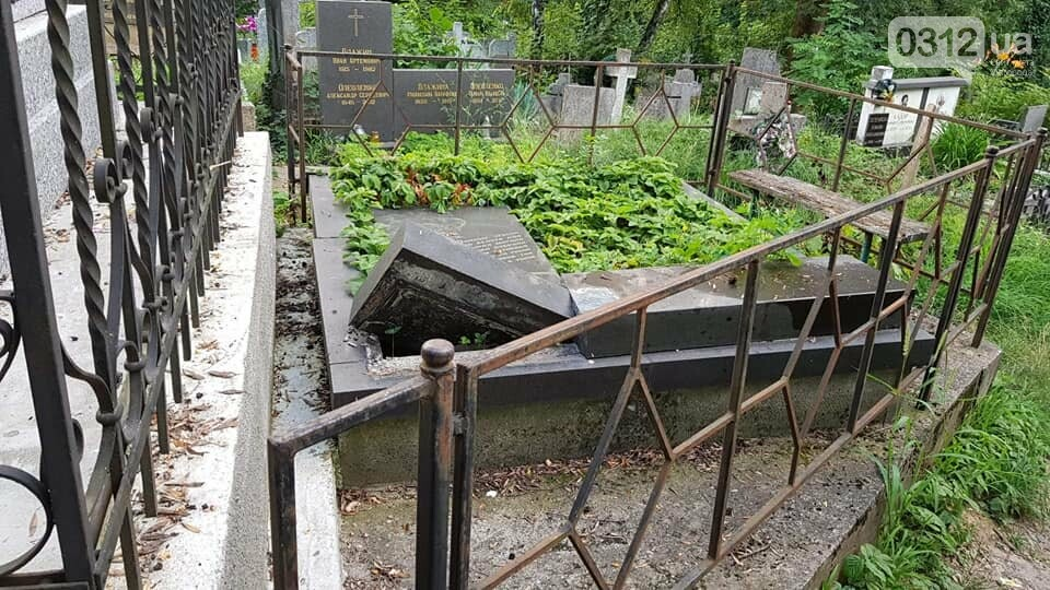 В Ужгороді на Кальварії вандали повалили хрести на надгробні плити (ОНОВЛЕНО, ФОТО), фото-1