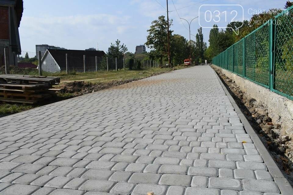 Ужгородська мерія похвалилася ремонтом тротуару біля ЗОШ №15 (ФОТО), фото-1
