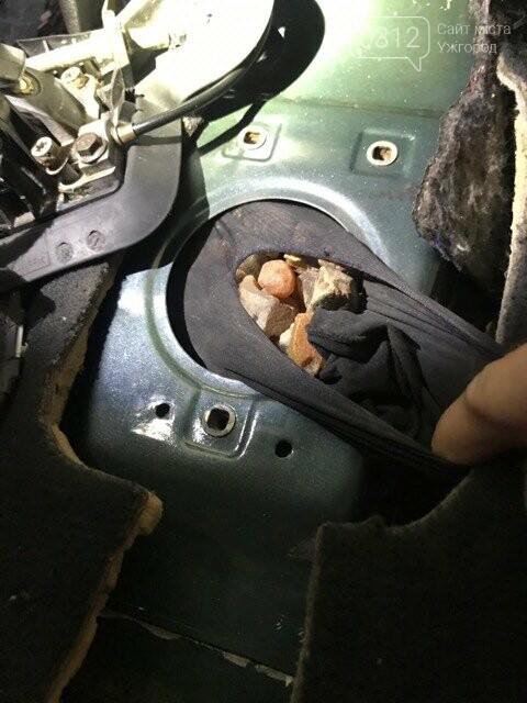 """Іноземець через КПП """"Солотвино"""" намагався провезти до Румунії крупну партію бурштину (ФОТО), фото-1"""