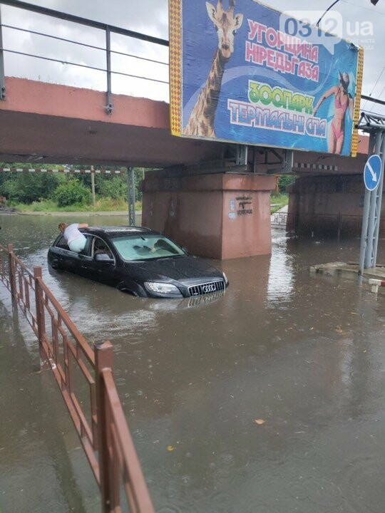 В Ужгороді через зливовий дощ затопило переїзд (ФОТО, ВІДЕО), фото-1