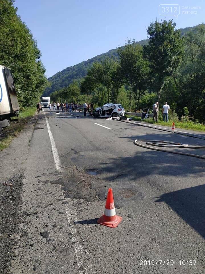На Закарпатті - жахлива ДТП: через зіткнення авто з фурою загинуло троє людей (ФОТО), фото-3
