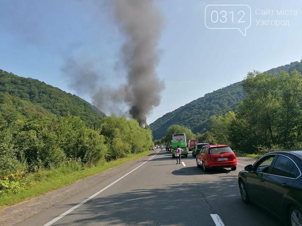 На Закарпатті - жахлива ДТП: через зіткнення авто з фурою загинуло троє людей (ФОТО), фото-1