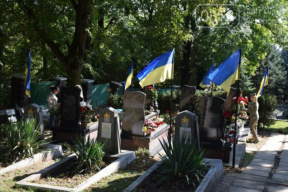 В Ужгороді над могилами загиблих захисників України встановили Державні прапори (ФОТОРЕПОРТАЖ), фото-10