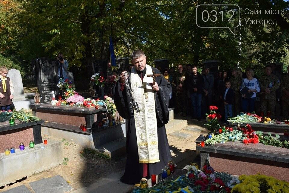 В Ужгороді над могилами загиблих захисників України встановили Державні прапори (ФОТОРЕПОРТАЖ), фото-6