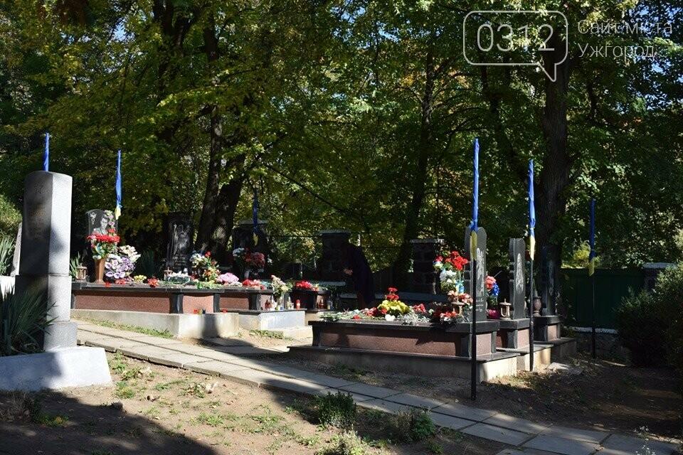 В Ужгороді над могилами загиблих захисників України встановили Державні прапори (ФОТОРЕПОРТАЖ), фото-13