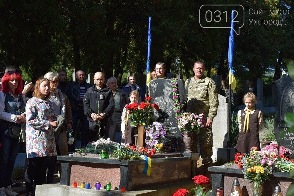 В Ужгороді над могилами загиблих захисників України встановили Державні прапори (ФОТОРЕПОРТАЖ), фото-12